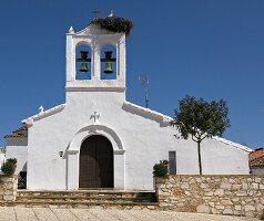 Kirche mit Storchennest im Dorf Los Marines (Andalusien, Spanien)