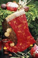 Weihnachtsdeko mit Gesteck, Stiefel und Windlicht