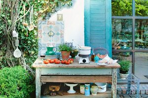 Tomatensuppe auf Tisch im Freien zubereiten