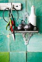 Schere, Chilischoten & verschiedene Gefässe an Küchenwand