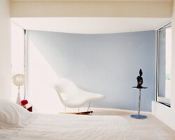 White minimalist bedroom with Bauhaus chaise longue