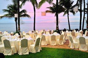 Gedeckte Tische für ein Dinner am Strand