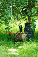 Menütafel unter einem Baum für die Gartenparty