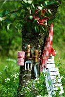 Mit Gartenwerkzeug dekorierter Baum