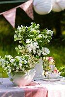 Gartentisch mit Blumendeko