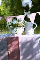 Blumendeko auf Gartentisch