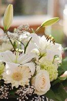 Weisser Blumenstrauss aus Gerbera, Rosen, Nelken und Lilien