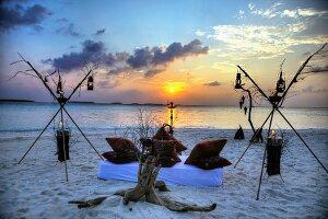 Romantisches Lager am Strand