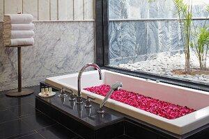 Eingelassene Badewanne eingelassene badewanne mit blütenblättern bild kaufen living4media