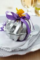 Guest favour in small cake moulds decorated with narcissus
