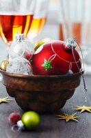 Weihnachtskugeln in einer Backform