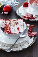 Weihnachtsgedeck mit Backform als Platzteller, Serviette mit Tannenbaum-Klammer als Namensschild