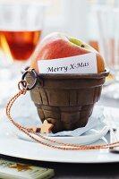 Puddingform mit Apfel und Merry- X-Mas Schrift als Tischdeko