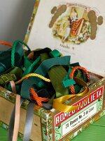 Bunte Bänder und Kordeln in Vintage Zigarrenkiste