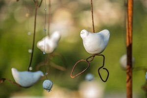 Mobile with bird figurines as garden accessory (close-up)