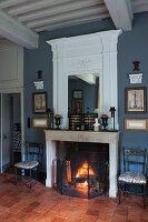 Traditionelles Wohnzimmer mit offenem Kamin und Sims mit integriertem Spiegel in weiss lackiertem Paneel