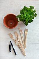Tontopf, Kräuter, wasserfester Stift und Holz-Einwegbesteck für Pflanzenschilder
