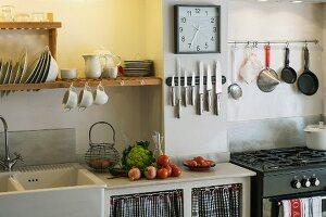 Rustikale Küche mit Spülbecken und Gasherd und mit Vorhang am Unterschrank