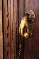 Alte Haustür mit Messinggriff in Form einer Hand mit rundem Knauf in San Miguel de Allende (Mexiko)