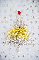 Weihnachtsbaum aus Perlen-Girlande auf Stern-Untergrund