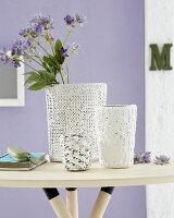 DIY Strickvasen - Vasen mit gestrickter Hülle auf Beistelltisch