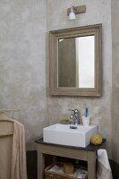 Mit Umbra marmorierte Wände in Badnische, gerahmter Spiegel über Landhaus Waschtisch mit modernem Aufsatzbecken