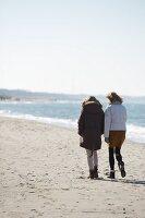 Spaziergängerinnen am Ostseestrand in Winterstimmung