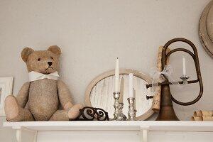 Teddybär und Silber Kerzenhalter vor Spiegel neben Vintage Musikinstrument