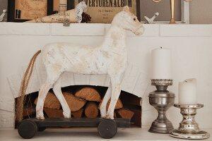 Pferdefigur in Weiss und Stumpenkerzen auf Silber Kerzenhalter