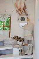 Vintage Schnürstiefel, diverse Flohmarktartikel und Schneiderpuppe auf Treppenstufen