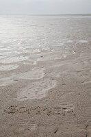 In Sand geschriebene Botschaft