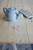 Tischplatte aus Kiefernholz mit Lederriemen verbunden