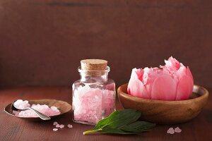 Spa-Set mit rosa Badesalz und Pfingstrosenblüte