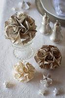 Selbstgebastelte Papiersternkugeln als weihnachtliche Dekoration