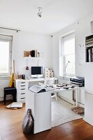 Zwei moderne weisse Schreibtische in Zimmerecke