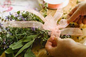 Kräuterstrauss zur Deko mit Schleife binden