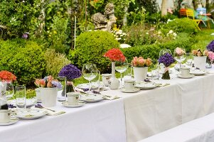 Gedeckte Kaffeetafel mit Blumen und Lavendelsträusschen