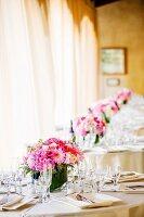 Gedeckte Hochzeitstische mit Blumenschmuck