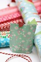 Selbstgebastelte Geschenktüte als Adventskalender mit nummerierter Wäscheklammer