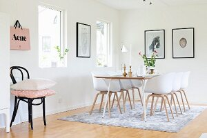 Clear lines in dining room: modern shell chairs around dining table