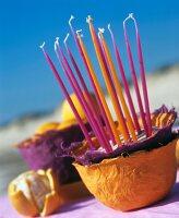 Selbstgemachte Schalen aus Pappmache für Obst oder als Kerzenständer