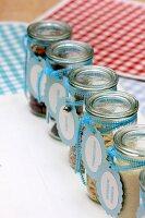 Nüsse, Kerne & Trockenfrüchte in Vorratsgläschen mit selbstgemachten Schildern
