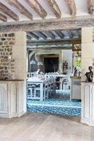 Blick auf Essplatz und blau-weißen Ornamentfliesenboden in Landhausküche