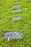 Trittplatten in bemooste Grünfläche eingelassen