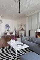 Stilmix im Albau-Wohnzimmer mit Essecke