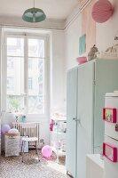 Küche im Altbau mit pastellfarbenen Accessoires