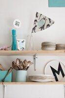 Regal mit hellblauen Küchen-Accessoires