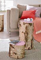 Birkenholzstämme als Beistelltische, Schnittfläche rosa lackiert