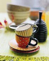 Mit grafischen Mustern bemalte Tassen
