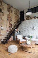 Scheunen-Loft mit rustikalen Steinwänden